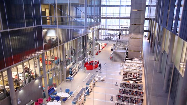 Biblioteket har store åpne arealer.  Foto:Richard Cavander-Cole