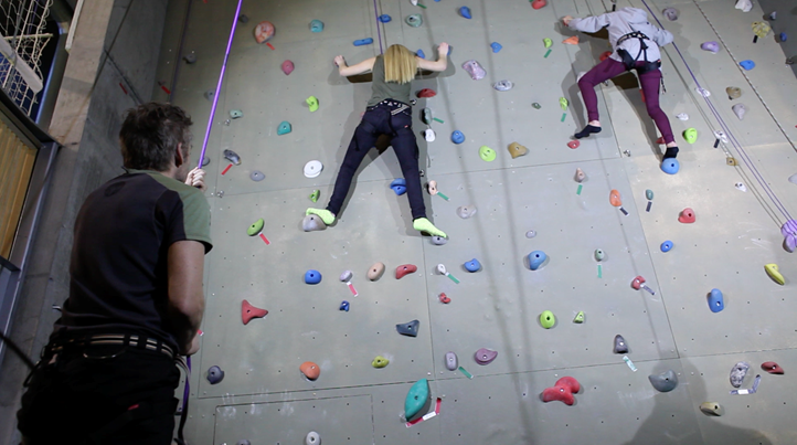 To jenter på vei opp klatreveggen i Bjørnholthallen. Foto:Richard Cavander-Cole